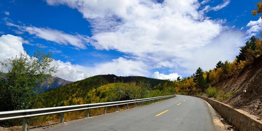 """川藏公路一直有""""南线看风景,北线看人文""""的说法,不管你走那条线,都会"""